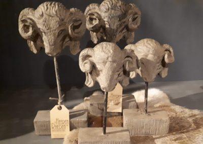 Ramkop van aardewerk op standaard